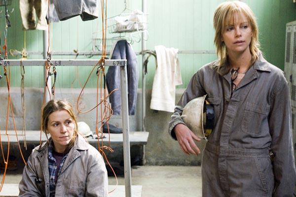 Frances McDormand et Charlize Theron. Warner Bros. France