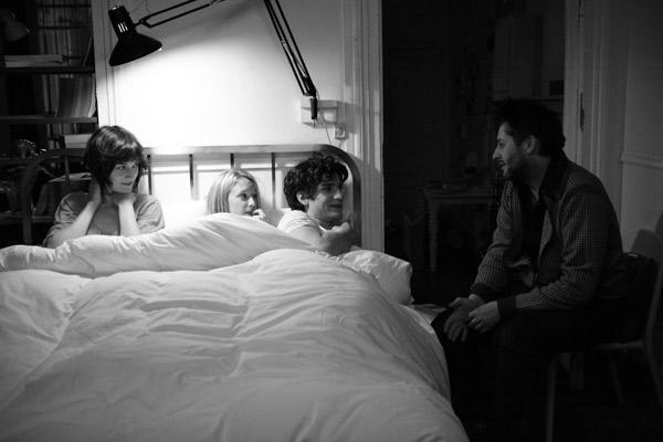 Clotilde Hesme, Ludivine Sagnier, Louis Garrel et Christophe Honoré (réalisateur) sur le tournage. Bac Films