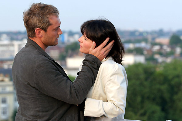 Jude Law et Juliette Binoche. Buena Vista International