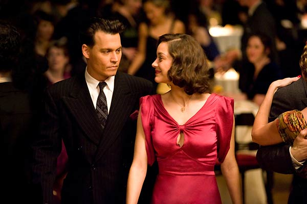 Johnny Depp et Marion Cotillard. Universal Pictures International France