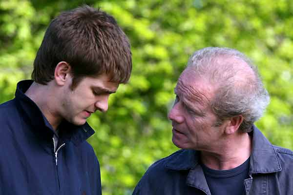 Andrew Garfield et Peter Mullan. Pyramide Distribution